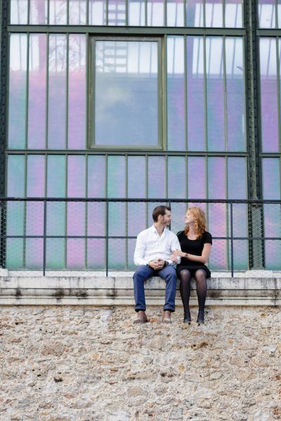Un couple se promène au Jardin des plantes de Paris au coucher du soleil