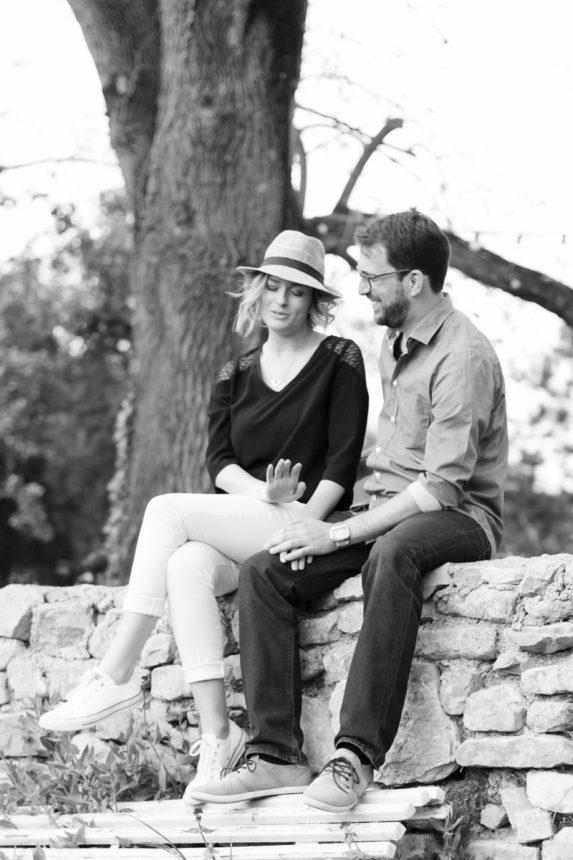 Une séance couple à l'ambiance printanière et loin du quotidien au Mas des violettes (Nord de Montpellier)