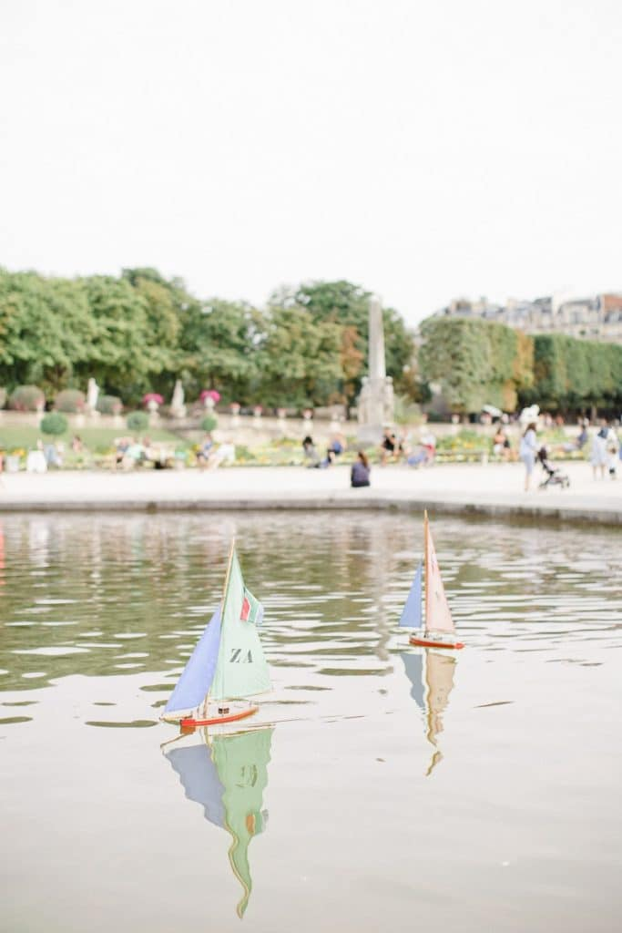 "A romantic engagement session in the ""Jardinf du Luxembourg"" in Paris"