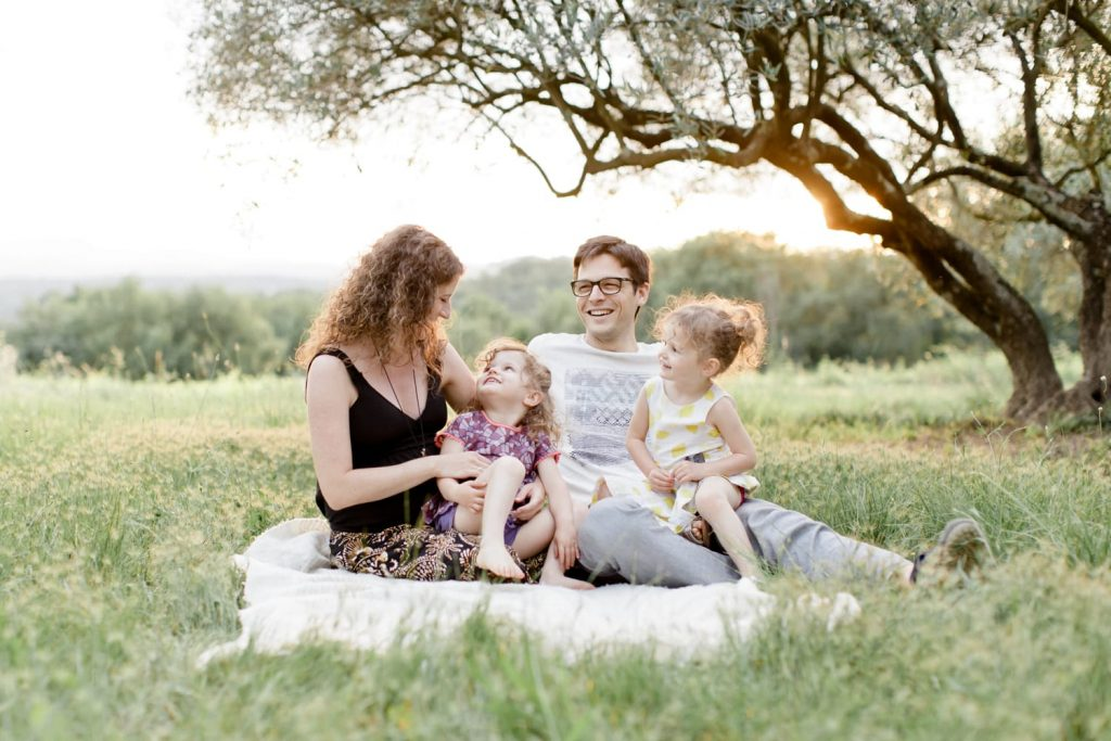 Une Séance photo famille et grossesse entre les oliviers dans le gard